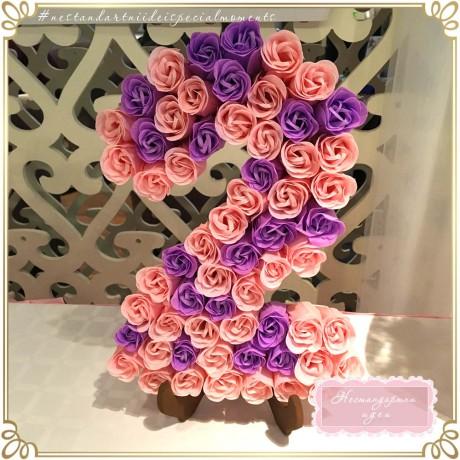 Цифра, декорирана с хартиени цветя